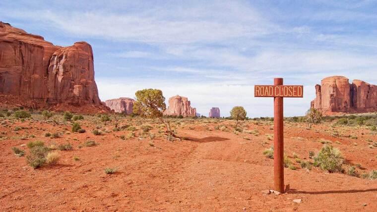 Ein Weg endet in einer Wüste. Symbolbild für die 404-Seite.