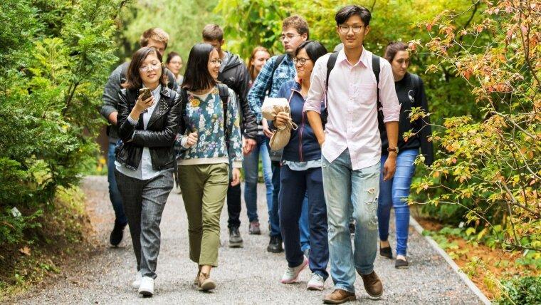 Internationale Studierende im Botanischen Garten, 2017