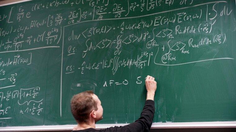 Student schreibt an eine Tafel