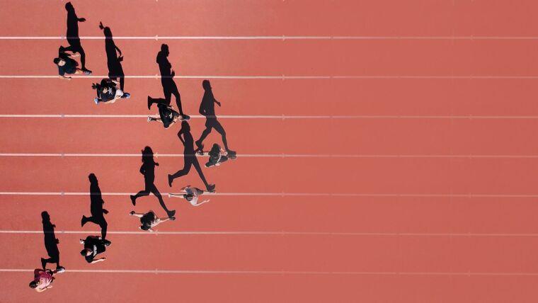 Blick von oben auf den Zieleinlauf einer Läufergruppe