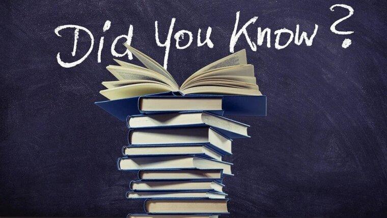 """Ein Bücherstapel vor einer Tafel, auf welche die Frage """"Did you know?"""" geschrieben ist"""